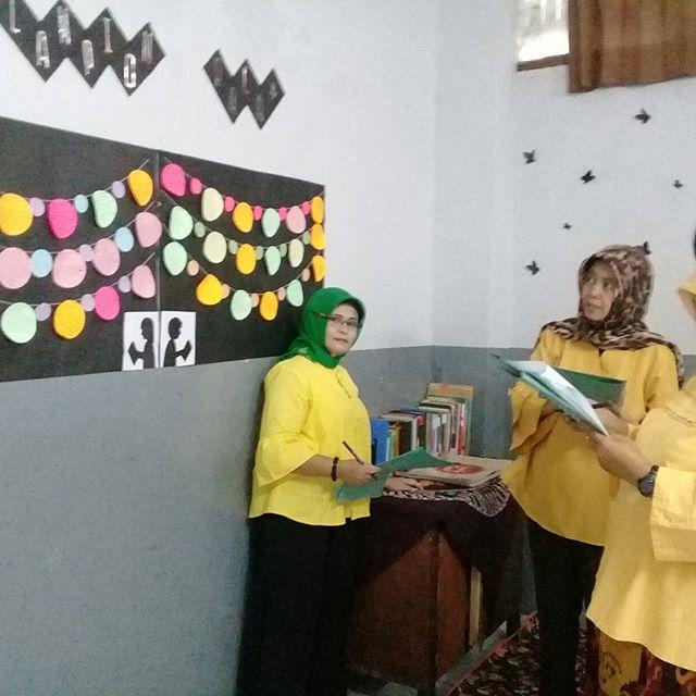 Menggali kreatifitas siswa dalam menghias Pohon Geulis sebagai bentuk Gerakan Literasi Kuadran 12
